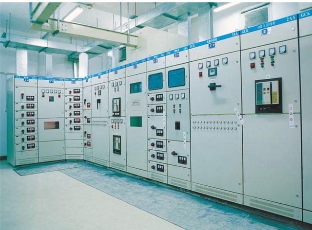 电力人坚守维保一线 保障企业配电房安全