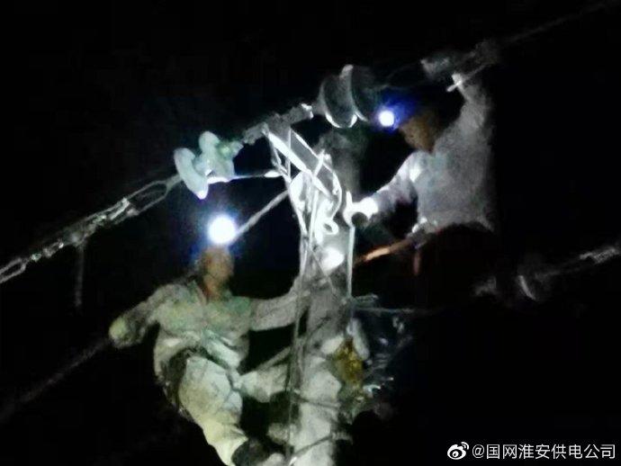 金湖县吕良镇10千伏吕镇145线遭雷击断线失电