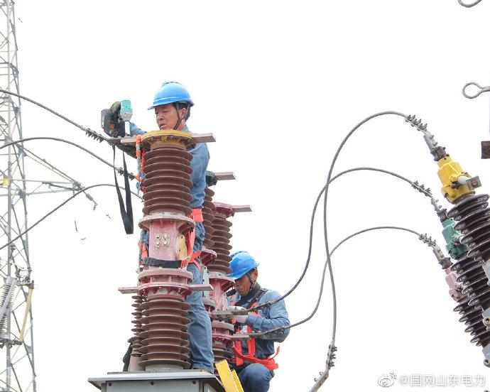 沂源供电公司对35千伏张家坡变电站进行秋检消缺