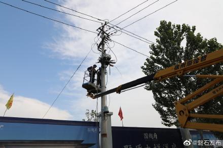吉林供电公司抢修市内受损供电线路设备