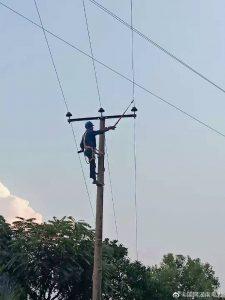 国网耒阳供电公司员工烈日下开展杆上作业