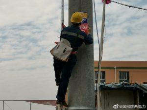 国网洛川县供电公司对辖区设备更换标示、警示牌