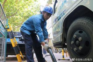 国网五莲县供电公司敷设高压电缆,加快小区用电改造