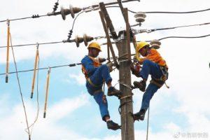 维修养护铁路电力供电设备