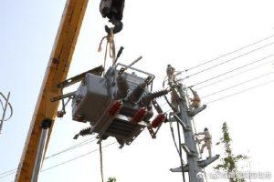 丰县供电公司为10千伏凤展线安装智能柱上开关