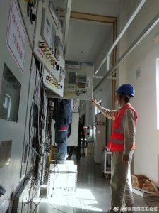 变电检修人员开展10千伏断路器维保及加装温度监测装置工作