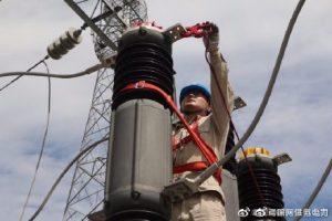 检修人员对35kV房村变2#主变停电检修