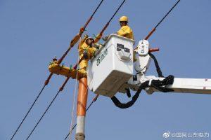 烟台牟平供电公司带电立杆、拆除主干线11号杆,完成线路改迁