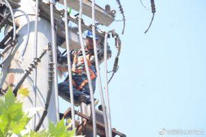 曹县供电公司加快立杆、放线施工进度