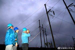 国网海阳供电公司对输电线路进行夜巡