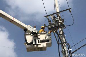 虎头崖镇某机械厂新增200千伏安变压器带电接火送电