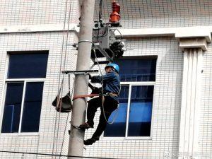 龙口市供电公司架线施工,保证居民用电