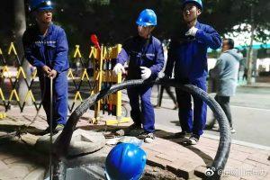 国网平阴县供电公司夜间电缆敷设,保障小区提前送电