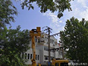 陵城区供电公司带电拆除废旧老化线路,更换新型绝缘导线