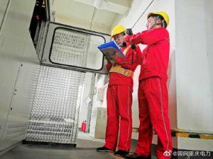 重庆长寿供电公司配电设备维护班开展配电房设备维护工作