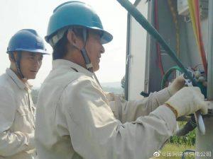 柳泉供电所为粮食收购点安装增容表计互感器,更换电缆