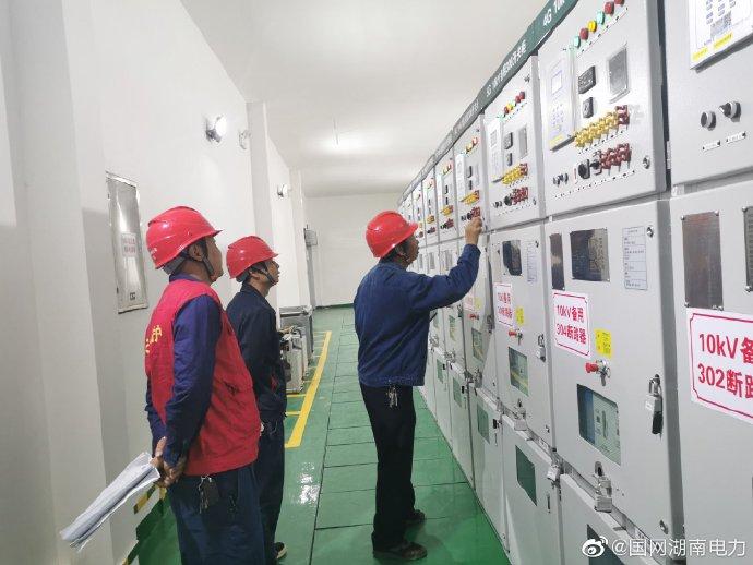 新邵供电公司对三条主干线变电站母线控制屏、电缆沟等做检查