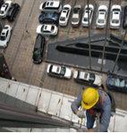 江干区照明养护人员对配电箱进行安全检查及维修,确保设施稳定运行
