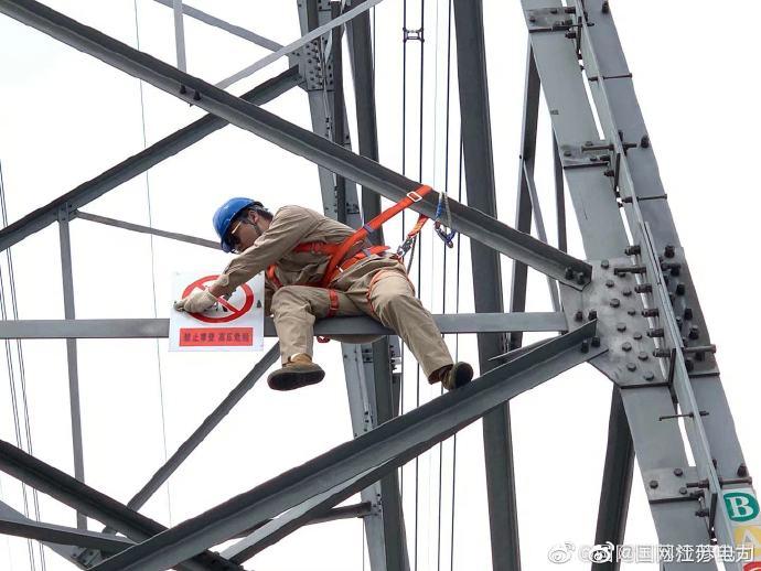 国网江苏检修公司南通运维站输电班开展登塔训练并安装杆号牌