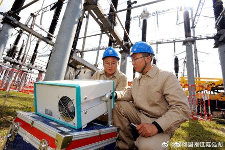 国网泰州供电公司变电检修人员220千伏黄桥变电站开展避雷器试验工作