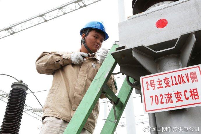 国网淮安供电公司组织员工在淮安区110千伏张庄变隔离开关进行修理
