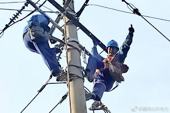 桃村供电所抢修队员紧急处理10千伏鑫威线40号杆处拉线接地故障