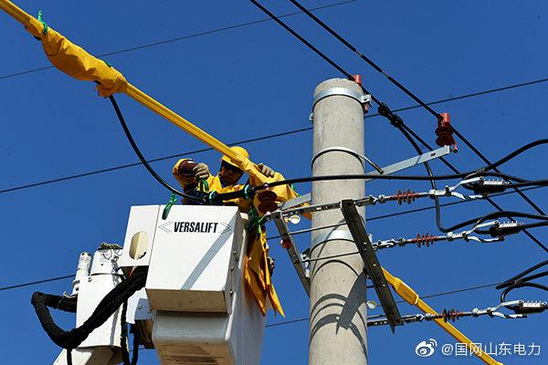10千伏曲魏线52号杆处进行带电断接引流线作业