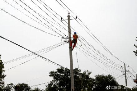 """张武村开展""""煤改电""""线路增容工作"""