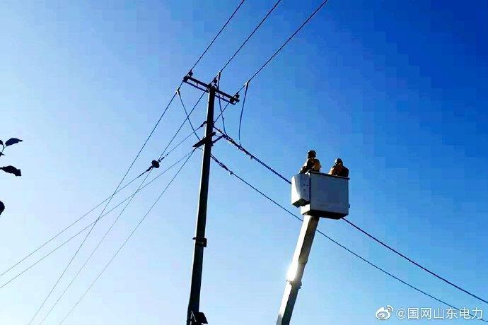 招远供电公司带电作业消除柱式瓷瓶断裂隐患