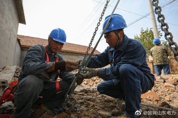 长山镇10千伏槐甘线开展改造施工,更换老旧线杆和线路