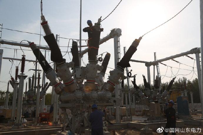 110千伏商西物联网智慧变电站对110千伏设备进行安装调试