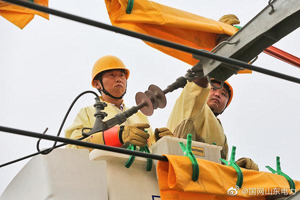 变压器T接点存在放电现象,作业人员带电消除缺陷