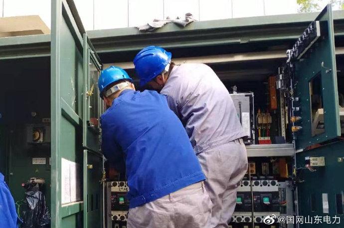 国网滨州供电公司配电抢修人员对建委小区漏油变压器进行更换