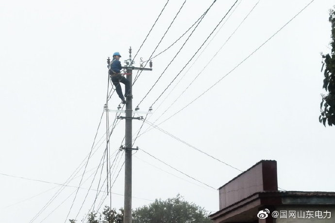 国网夏津县供电公司完成400千伏安变压器台架组装、310米煤改电线路架设