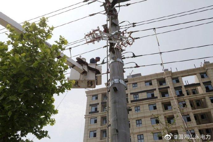 国网诸城市供电公司10千伏复烤线4号杆安装开关1台,隔离刀闸2组