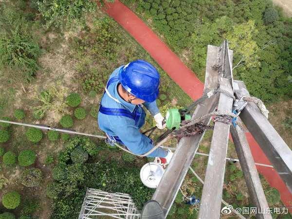 国网日照供电公司工作人员对110千伏港滕线、港林II线开展秋检