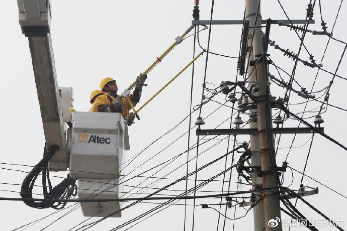 王打卦镇对10千伏1218扬水站线花园支线进行带电作业