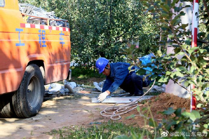 国网蓬莱市供电公司组织8名施工人员在10千伏辛店线架设导线