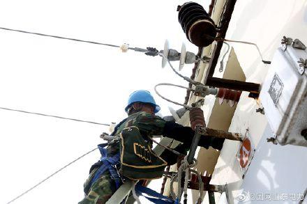 国网海阳供电公司工作人员在35千伏小纪变电站消缺