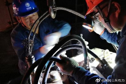 文昌供电所抢修人员处理变压器渗油故障,抢修恢复供电