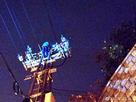 配电运维班赶赴10千伏南郊线35号杆塔处线登杆抢修