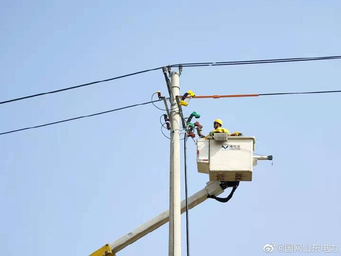 带电作业人员为临时用电315千伏安变压器进行带电搭头