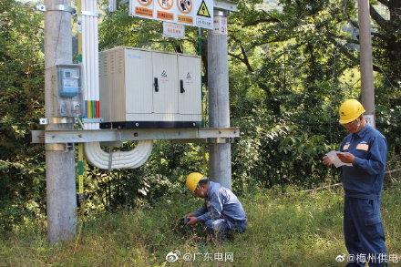 梅州蕉岭的供电局工作人员进行接地电阻测试