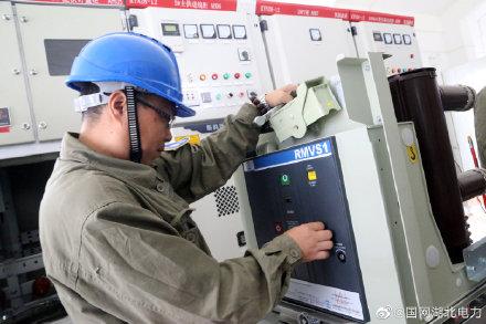 白云社区还建房的配电室内对即将投运的电力配套设备进行逐项检测、试验、核对
