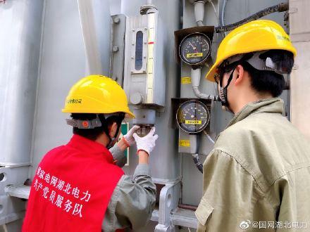 运维人员为变压器更换呼吸器油封杯,清洗和换油