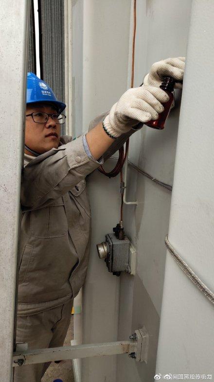 对500千伏三堡变电站跟踪的高抗设备进行取油样工作