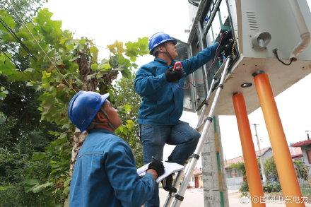 国网高密供电公司9号台区的变压器、配电箱设备进行电压检测、红外测温