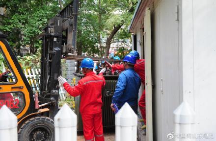 配电抢修班对10千伏金华线安和南区1号公用变进行维修