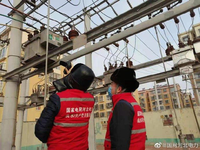 变电运维人员对35千伏欢龙、兴武变电站进行红外测温特巡